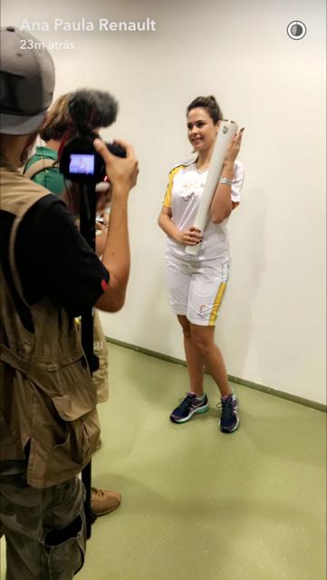 Ana Paula com a tocha olímpica (Foto: Reprodução / Snapchat)