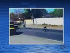 Vídeo mostra salto de motociclista antes de acidente com caminhão