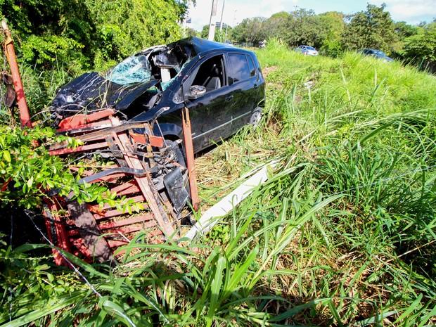 Carro ficou destruido após acidente nas proximidades do Espaço Ciência, na divisa de Olinda e Recife (Foto: Marlon Costa/Pernambuco Press)