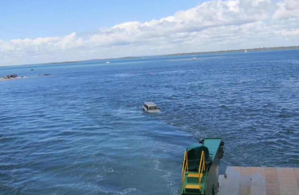 Carro cai no mar (Foto: Reprodução)