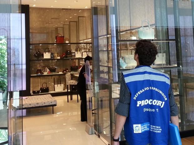 O agente do Procon visita uma loja de luxo no Village Mall (Foto: Dvulgação )