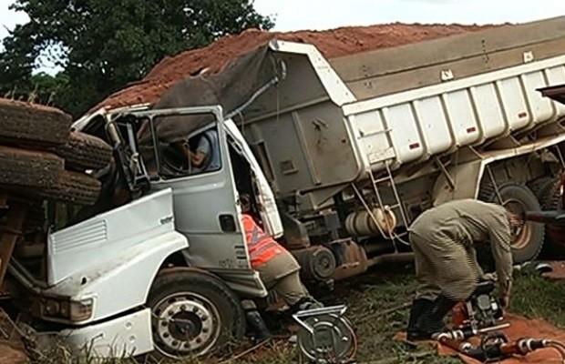Homem morre após acidente entre dois caminhões na BR-040, entre Luziânia e Cristalina, Goiás (Foto: Reprodução / TV Anhanguera)