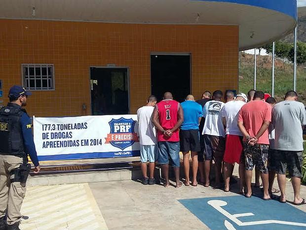 Detidos com drogas em operação PRF Leopoldina (Foto: PRF Leopoldina/Divulgação)