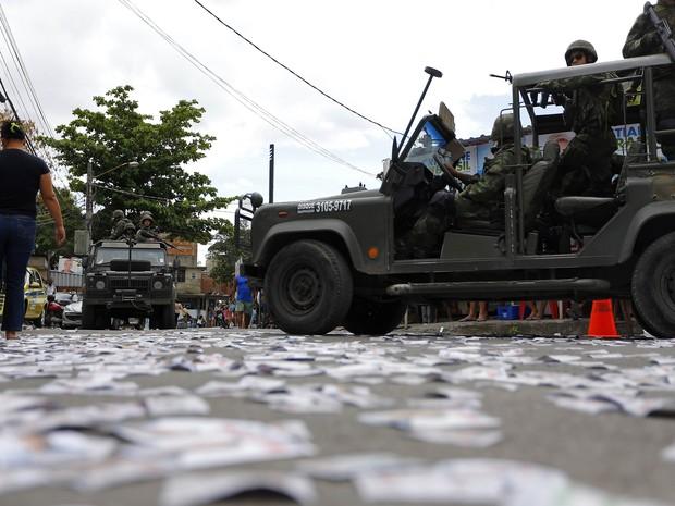 Forças do Exército garantem a segurança das eleições no conjunto de favelas da Maré (Foto: Ricardo Moraes / Reuters)