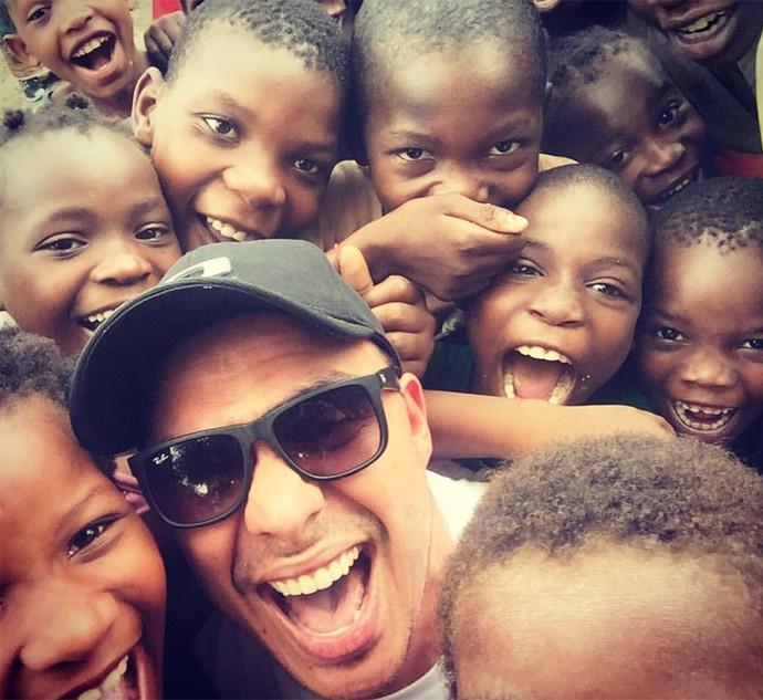 Mário e as crianças de Dondo, Moçambique (Foto: Reprodução Redes Sociais)
