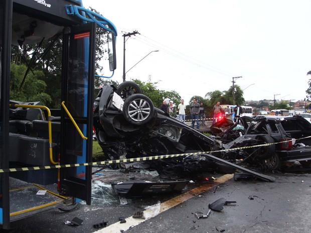 Três carros, um ônibus e uma moto se envolveram em um acidente na Avenida Senador Teotônio Vilela, em São Paulo. Um dos carros capotou; 4 pessoas ficaram feridas, uma ficou presa nas ferragens. O acidente teria ocorrido durante uma perseguição policial. (Foto: Marcos Bezerra/Futura Press/Estadão Conteúdo)