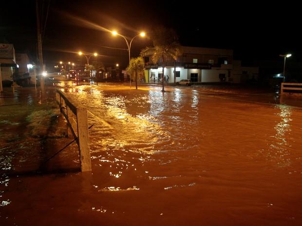 799d40cc6f5 Várias ruas da cidade continuaram alagadas durante a noite