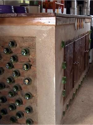 Materiais reutilizados são aplicados na decoração da casa (Foto: Edson de Oliveira / EPTV)