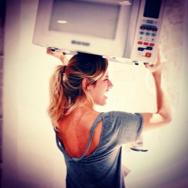 EGO - Forte! Giovanna Ewbank carrega microondas na cabeça