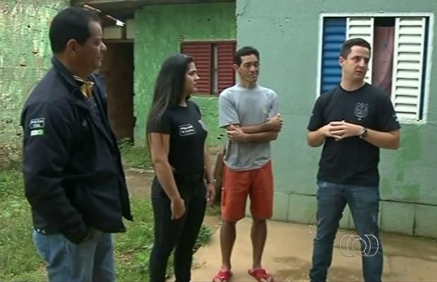 Eletricista recebeu a visita de policiais que o ajudaram, em Luziânia, Goiás (Foto: Reprodução/TV Anhanguera)