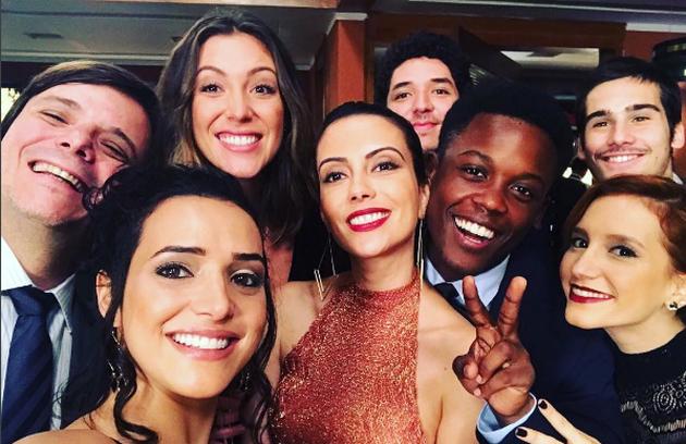 Mariana Vaz, a Bianca, postou uma foto com os colegas de elenco: 'Curtindo os últimos dias', escreveu (Foto: Reprodução Instagram)