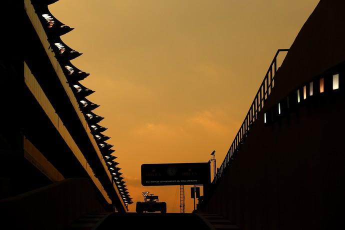 Fernando Alonso acelera a McLaren-Honda na pista de Yas Marina, palco do GP de Abu Dhabi (Foto: Getty Images)