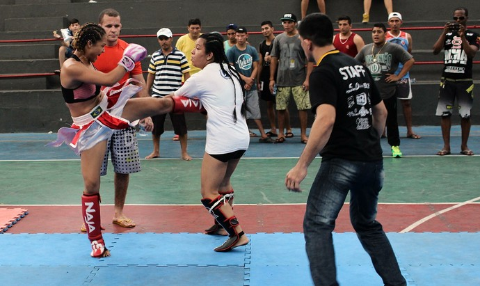 Joice Mara luta em pé Amazonas (Foto: Emanuel Mendes Siqueira)