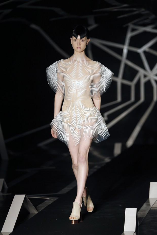 PARIS, FRANCE - JANUARY 23:  A model walks the runway during the Iris Van Herpen Spring Summer 2017 show as part of Paris Fashion Week on January 23, 2017 in Paris, France.  (Photo by Thierry Chesnot/Getty Images) (Foto: Getty Images)