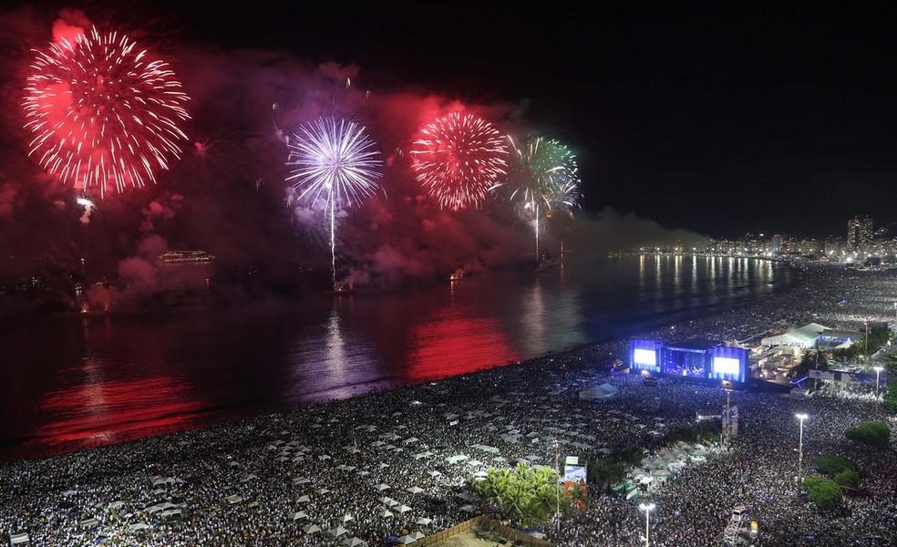 Festa nas areias de Copacabana durante queima de fogos. (Foto: Fernando Maia/Riotur)