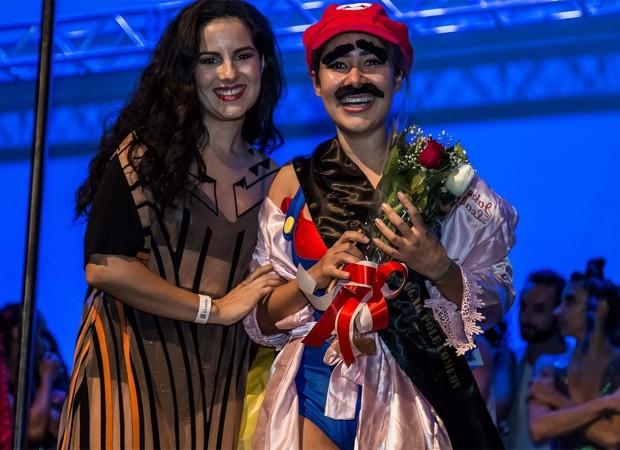 Jake Leal recebe prêmio em campeonato de pole dance (Foto: Divulgação)