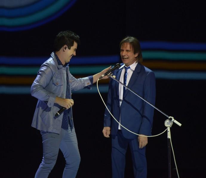 Rogério Flausino ao lado de Roberto Carlos no Especial 2015 (Foto: Ellen Soares / Gshow)