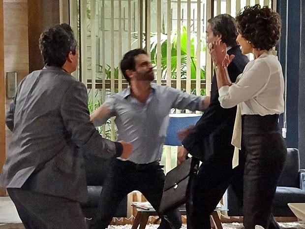 Celso dá um socão na cara de Carlos (Foto: Salve Jorge/TV Globo)