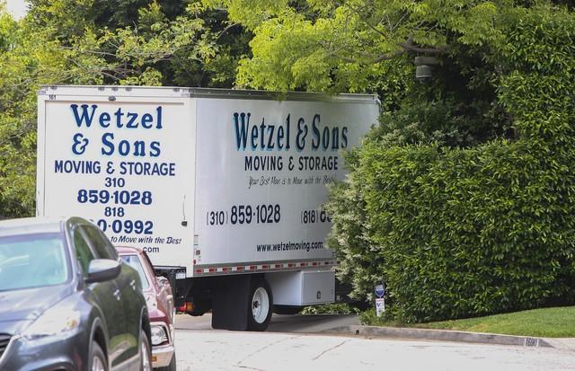 Um caminhão de mudanças na porta da casa em que Ben Affleck morava com Jennifer Garner  (Foto: AKM-GSI)