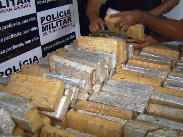 Polícia encontra 618 quilos de maconha escondidas em fundo falso de caminhão em Pouso Alegre (Foto: Reprodução EPTV)