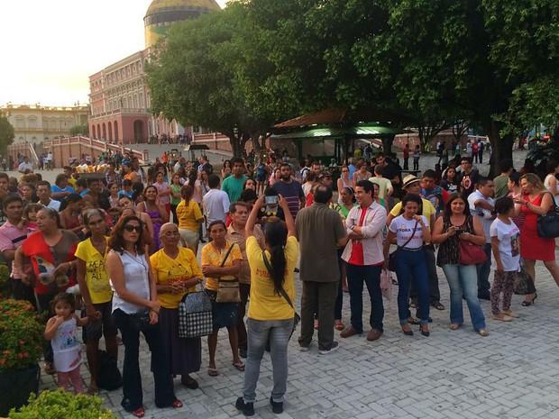Manifestantes fazem ato no Largo São Sebastião (Foto: Rickardo Marques/G1 AM)