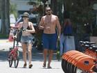 Bianca Bin passeia com marido na orla da praia