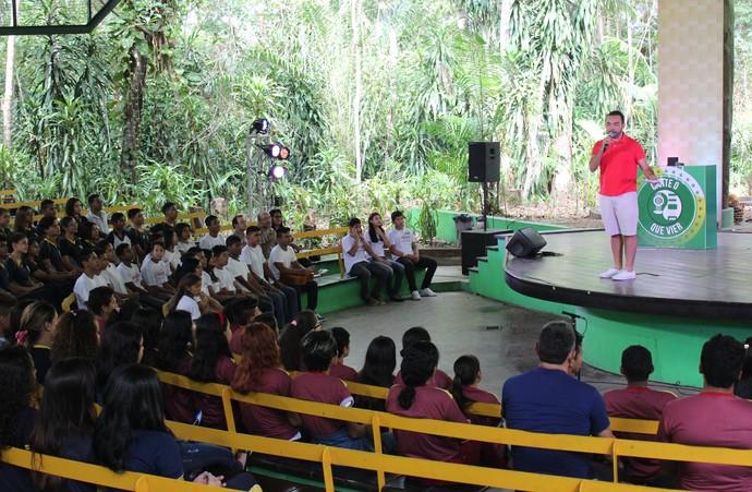 Apresentador Oyama Filho orienta sobre regras do jogo (Foto: Katiúscia Monteiro/ Rede Amazônica)