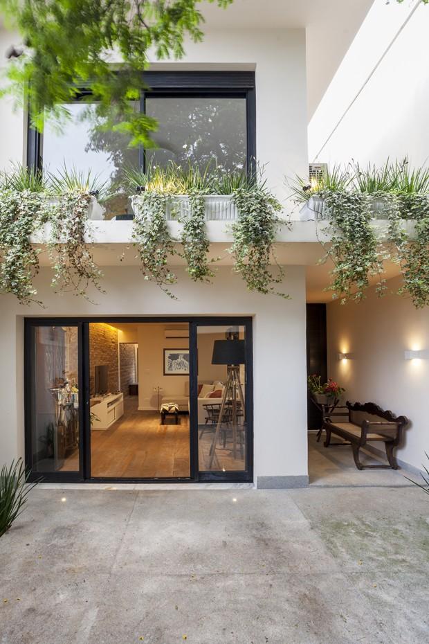 Casa estreita ganha luz natural e decora o moderna casa - Reformas casas pequenas ...