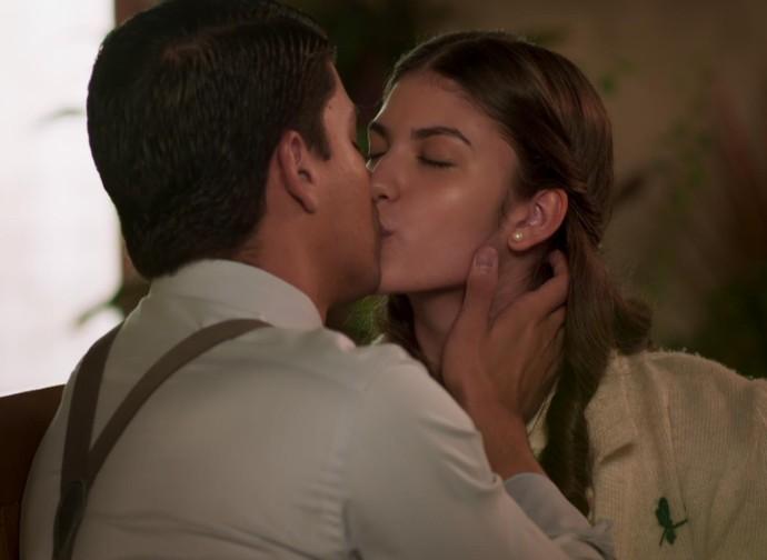 Camélia descobre que Osório 'suborna' Pirulito para beijar Gerusa (Foto: TV Globo)