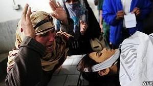Mulher chora a morte de agente de saúde no Paquistão; militantes dizem que campanhas servem para espioná-los (Foto: AFP)
