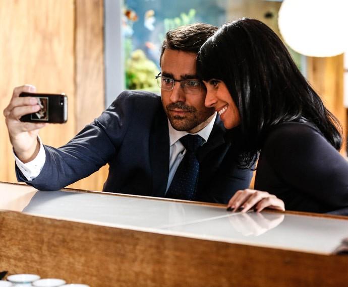 Ricardo Pereira aproveita um intervalo entre as cenas para fazer uma 'selfie' com Giovanna Antonelli (Foto: Ellen Soares / Gshow)