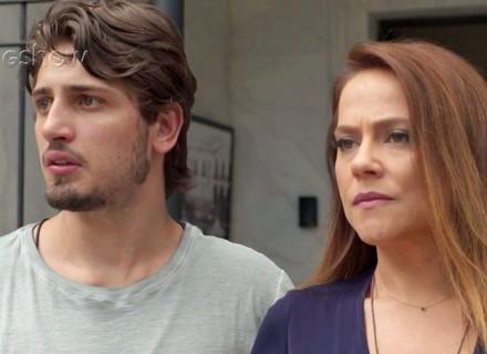 Lili visita Rafael e fica tensa ao dar de cara com Germano na saída