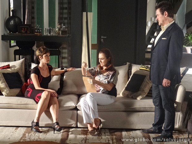 Mustafa entrega colar que Aisha deu para Wanda  (Foto: Salve Jorge/TV Globo)
