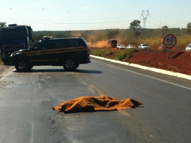 PM reformado que escoltava o carro com malote foi atingido por tiros e caiu na pista. (Foto: Jucilene Magalhães)
