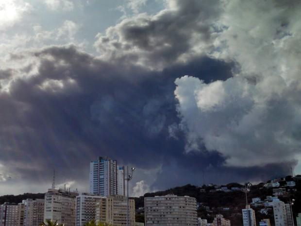 Nuvem escura criada por fumaça podia ser vista de vários pontos de Santos, SP (Foto: Ivair Vieira Jr/G1)