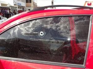 Tiro disparado por supostos assaltantes atingiu cabeça de empresário em Mossoró, RN (Foto: Marcelino Neto)