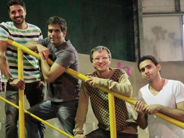 A protagonista é surpreendida por seus três ex namorados (Foto: Divulgação)