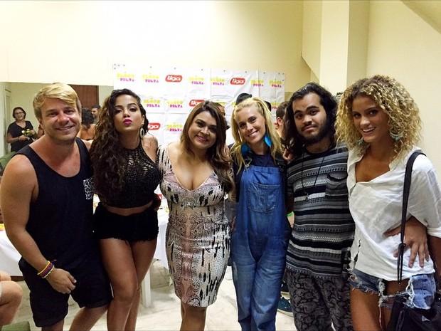 Thiago Fortes, Anitta, Preta Gil, Carolina Dieckmann, Francisco e Laura Fernandez em bastidores de show na Zona Sul do Rio (Foto: Instagram/ Reprodução)