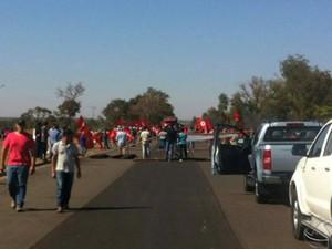 MST bloqueia duas rodovias federais em Mato Grosso do Sul (Foto: Reprodução/TV Morena)