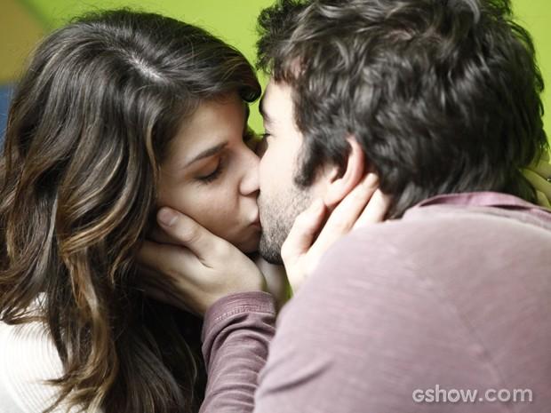 Manu reclama de Megan, mas Davi se declara e dá um beijão na gata (Foto: Inácio Moraes/TV Globo)