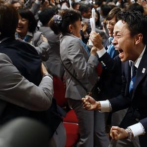 Membros da delegação de Tóquio comemoram a escolha da cidade para sediar a Olimpíada de 2020, durante evento em Buenos Aires, na Argentina  (Foto: AP Photo/Victor R. Caivano)