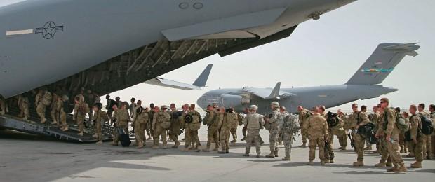 SAÍDA A primeira leva de soldados americanos que deixou o Afeganistão, em julho de 2011. Os EUA fixaram o prazo  de 2014 para o fim das operações  (Foto: Musadeq Sadeq/AP )