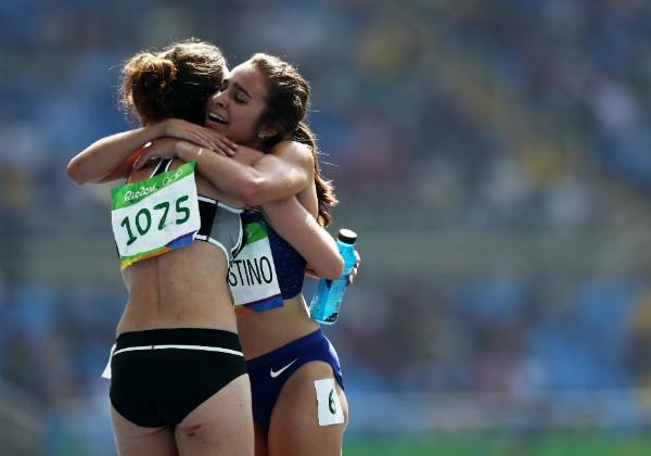 Atletas da Nova Zelândia e Estados Unidos se abraçam após terminarem semi-final dos 5.000 metros (Foto: Getty Images)