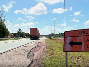 Moradores de Turuçu esperam há 4 anos por conclusão de viaduto na BR-116 (Foto: Reprodução/RBS TV)