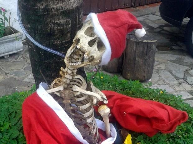 Morador usou esqueleto com roupas de Papai Noel para enfeitar fachada da casa em Itu (Foto: Arquivo pessoal)