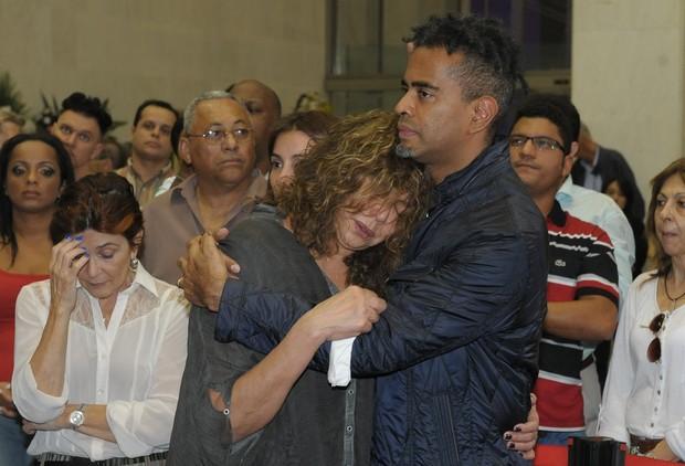 Jair de Oliveira e a mãe no velório de Jair Rodrigues (Foto: Francisco Cepeda / AgNews)