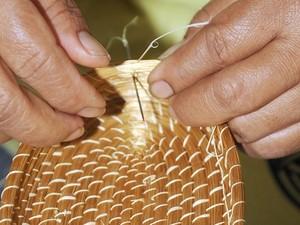 Trabalho manual transforma o capim em artesanato requintado (Foto: Agência Tocantinense de Notícias/Divulgação)