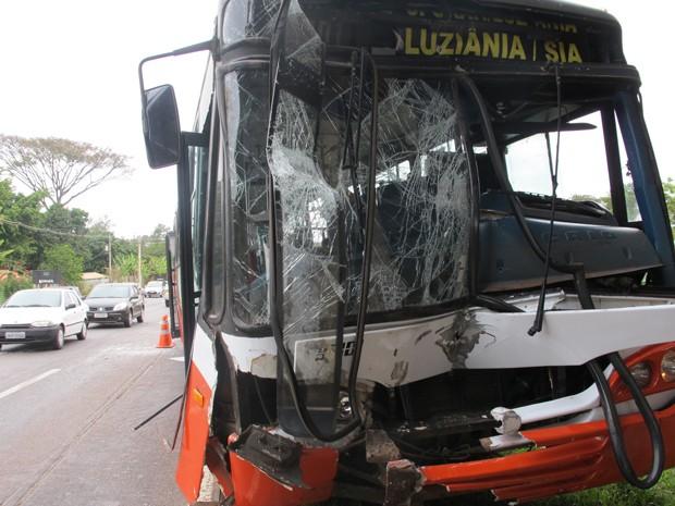 Ônibus ficou com frente bastante danificada após acidente com caminhão na Epia Sul, no Distrito Federal (Foto: Gabriella Julie/G1)