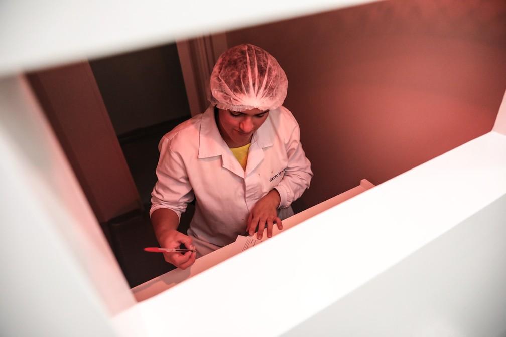Especialista em degustação avalia bombons no departamento sensorial da fábrica de chocolates do Grupo CRM, em Extrema (MG) (Foto: Fábio Tito/G1)