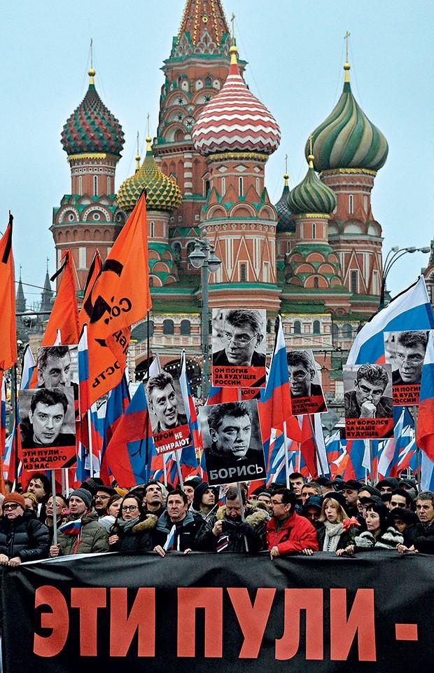 REAÇÃO Quase 60 mil pessoas se reuniram em Moscou para homenagear Boris Nemtsov (foto nos cartazes) (Foto: Yuri Kadobnov/AFP )